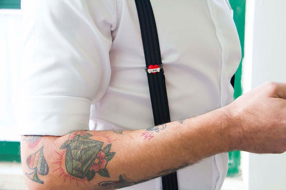 matrimonio rockabilly dettaglio straccale tatuaggi e spilla in fimo