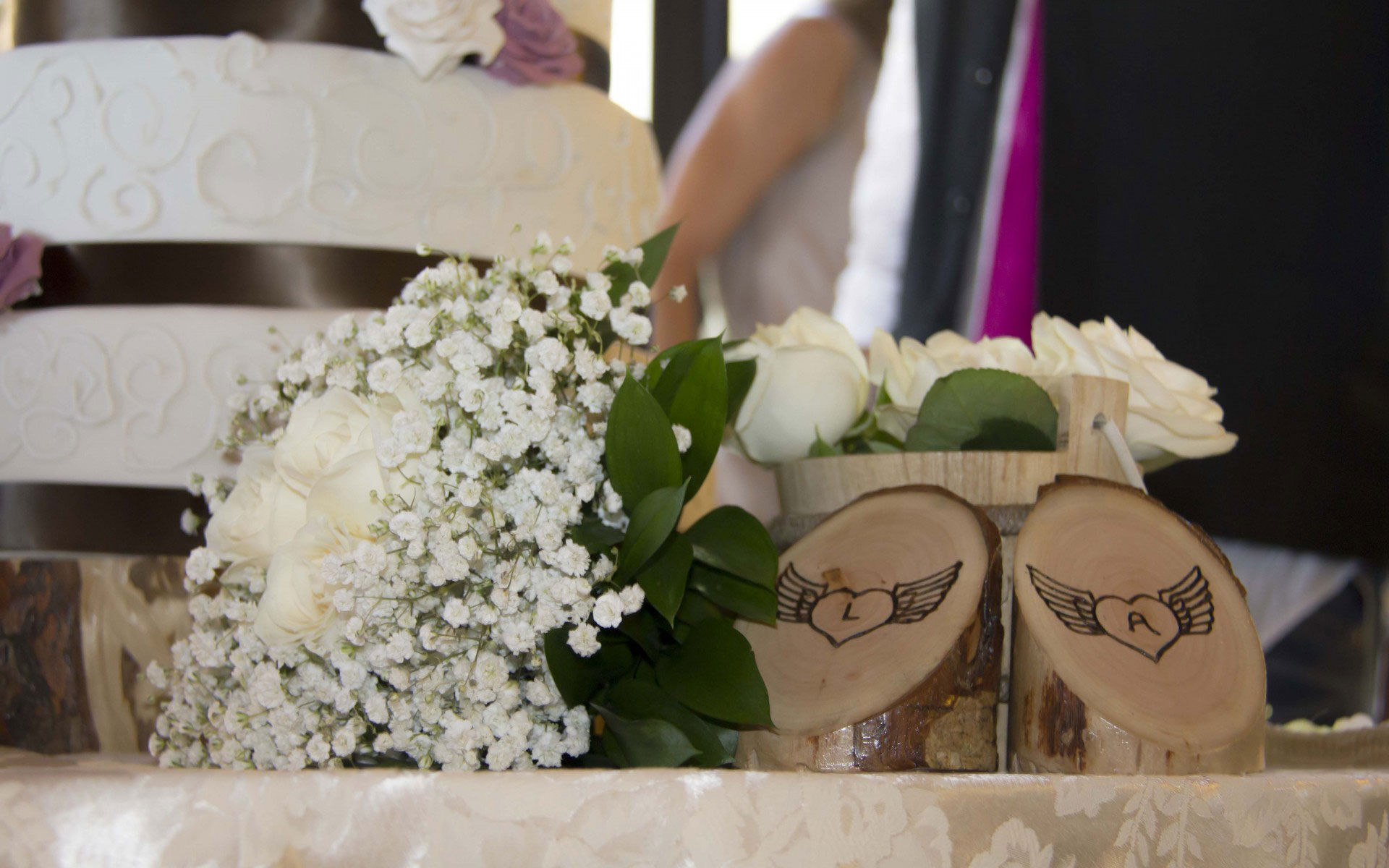 Particolare al tavolo degli sposi con logo matrimonio