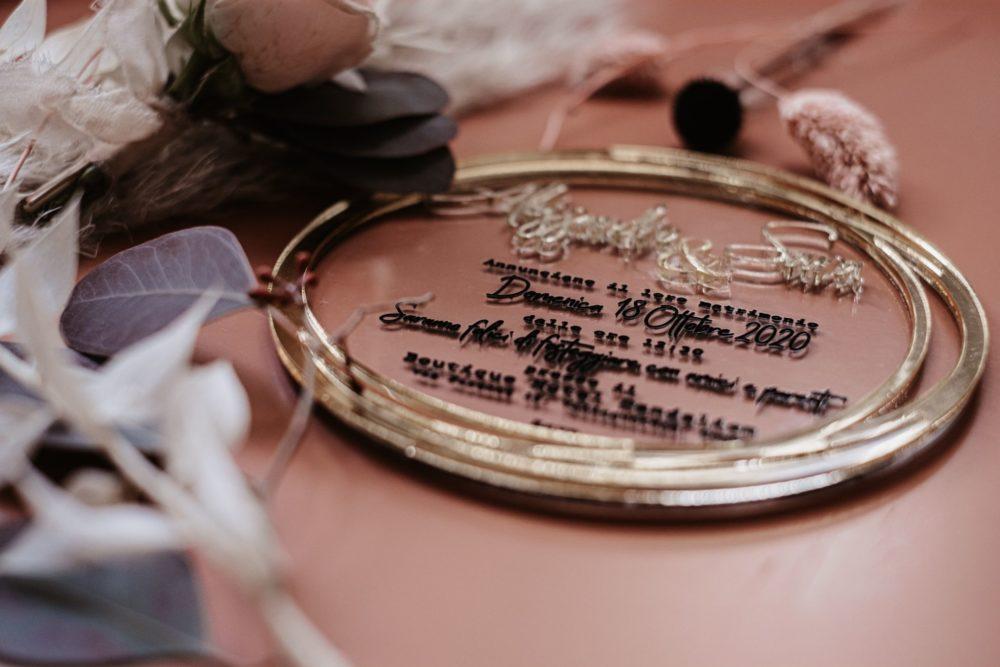 Coordinato di Matrimonio: Partecipazioni in oro e plexiglass trasparente